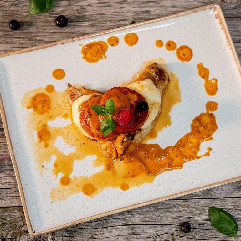Gegrillte Hähnchenbrust in Tomatensauce mit Mozzarella und Tomatenscheiben überbacken